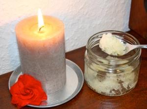 Salz mit Jojobaöl vermischt ergibt ein angenehmes Körperpeeling.