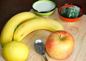 Die Zutaten auf einen Blick: Spinat, Sojamilch, Bananen, 1 Apfel, 1 Zitrone und 1 TL Chiasamen