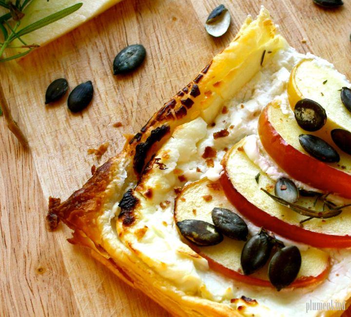 Süß & Herb(st) – Blätterteigpizza mit Ziegenfrischkäse, Äpfeln undKürbiskernen