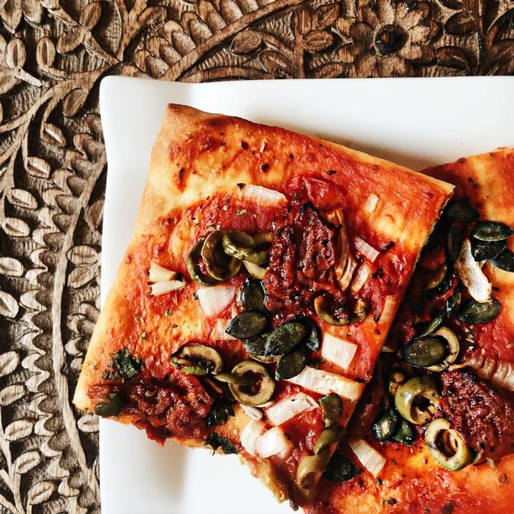 {Rezept} Oliven-Peperoni-Pesto Pizza